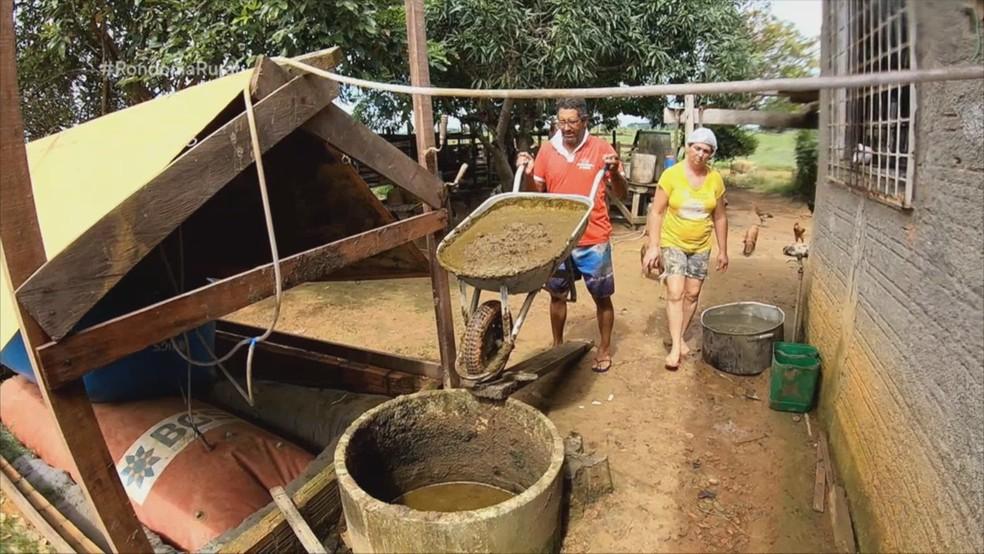 Esterco é misturado com água e deixado no biodigestor — Foto: Reprodução/Rede Amazônica