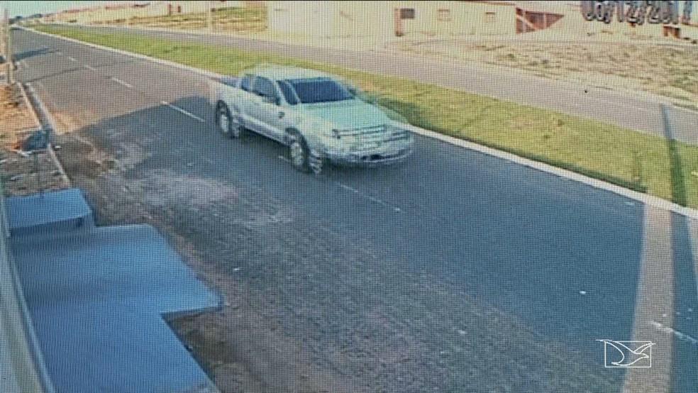Imagens de câmeras de segurança mostram a caminhonete onde Nenzim e Mariano Júnior estavam, circulando dentro de um condomínio. (Foto: Reprodução/TV Mirante)