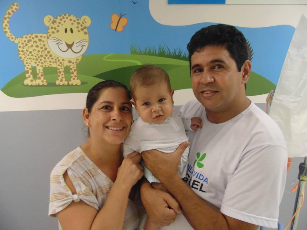 Bebê Davi Miguel com os pais após decisão da Justiça, que exige custeio de cirurgia — Foto: Dinea Gama/Arquivo Pessoal