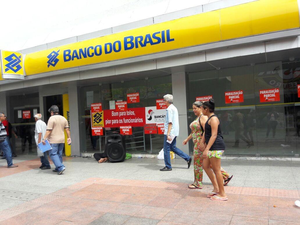 Funcionários de agência do Banco do Brasil no centro de Maceió paralisam serviços por duas horas