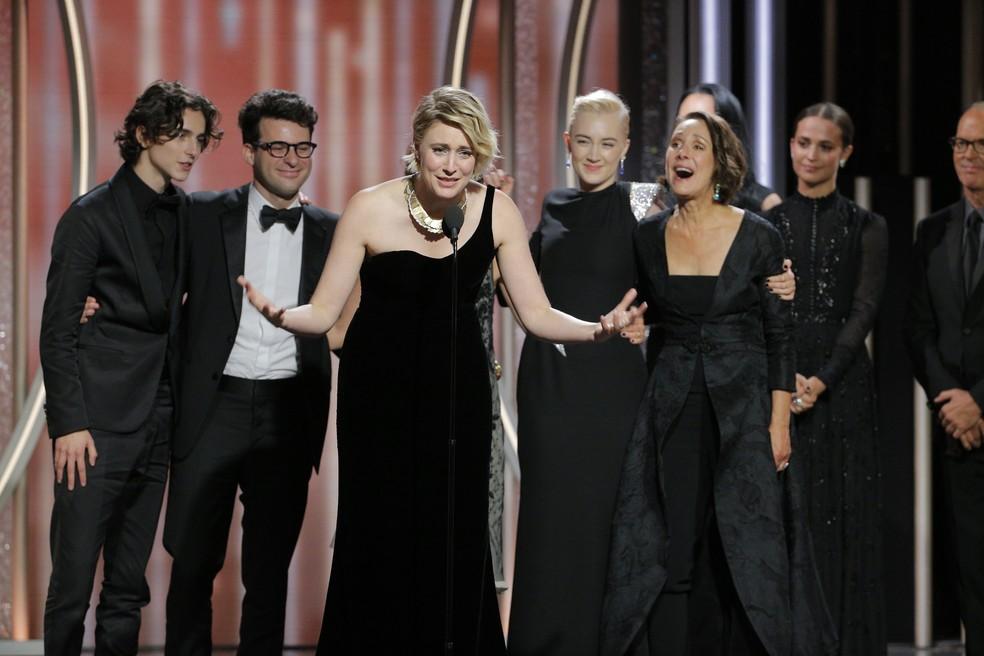 Elenco e equipe de 'Lady Bird: É hora de voar' recebe prêmio de melhor filme de comédia ou musical no Globo de Ouro 2018 (Foto: Paul Drinkwater/NBC via AP)