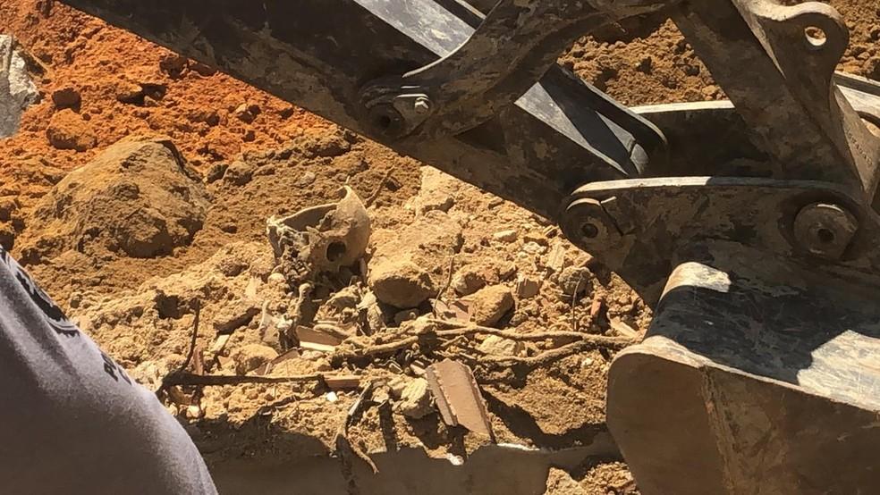 Ossos humanos foram encontrados enterrados a 14 metros de profundidade em Queimados; polícia tem certeza que são vítimas da milícia — Foto: Reprodução/Arquivo Pessoal