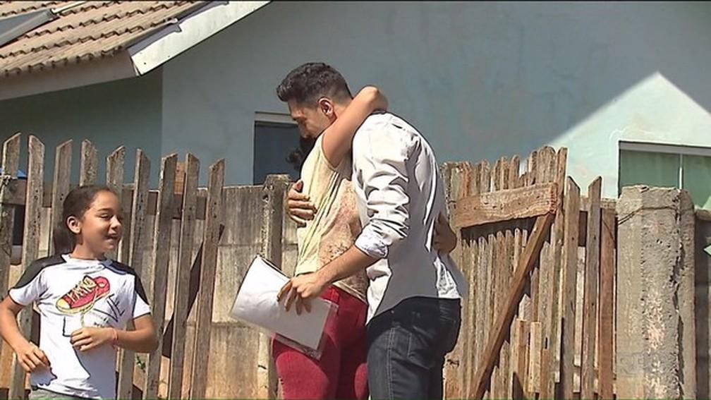 Rafael entregou currículos impressos para Denise, que conta que não tinha dinheiro nem para ir ao Centro da cidade procurar por vagas de emprego (Foto: Reprodução/RPC)