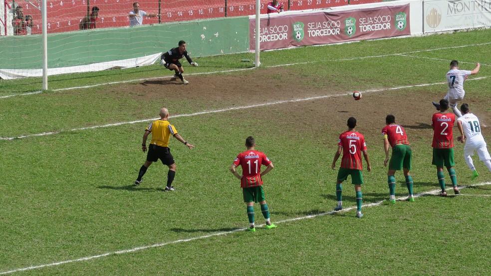 Guilherme Queiroz empatou para a Portuguesa (Foto: Antonio Marcos)