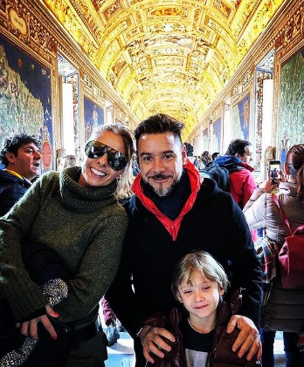 Adriane Galisteu vai ao Vaticano com o filho, Vittorio, e o marido, Alexandre Iódice (Foto: Reprodução/Instagram)