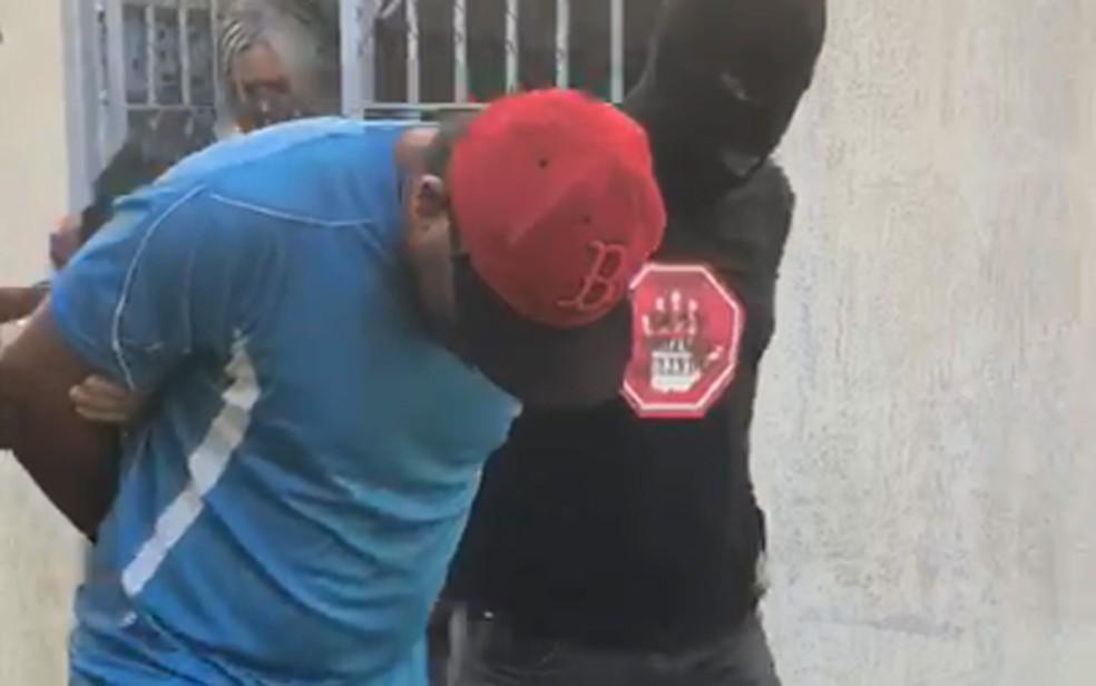Síndico de conjunto habitacional investigado por suspeita de estupros de crianças e adolescentes foi preso em Jaboatão dos Guararapes, na quarta-feira (22) — Foto: Reprodução/TV Globo