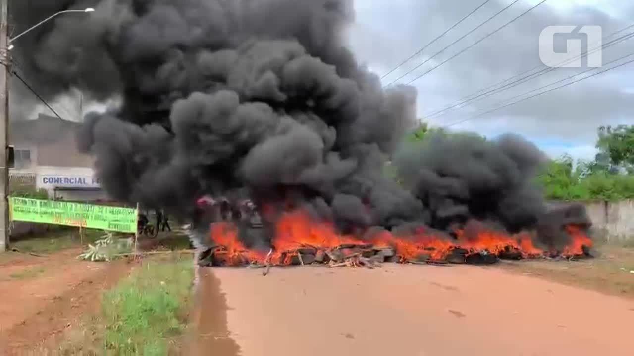 Moradores fecham rua e queimam pneus em protesto NO do bairro Planalto em Porto Velho