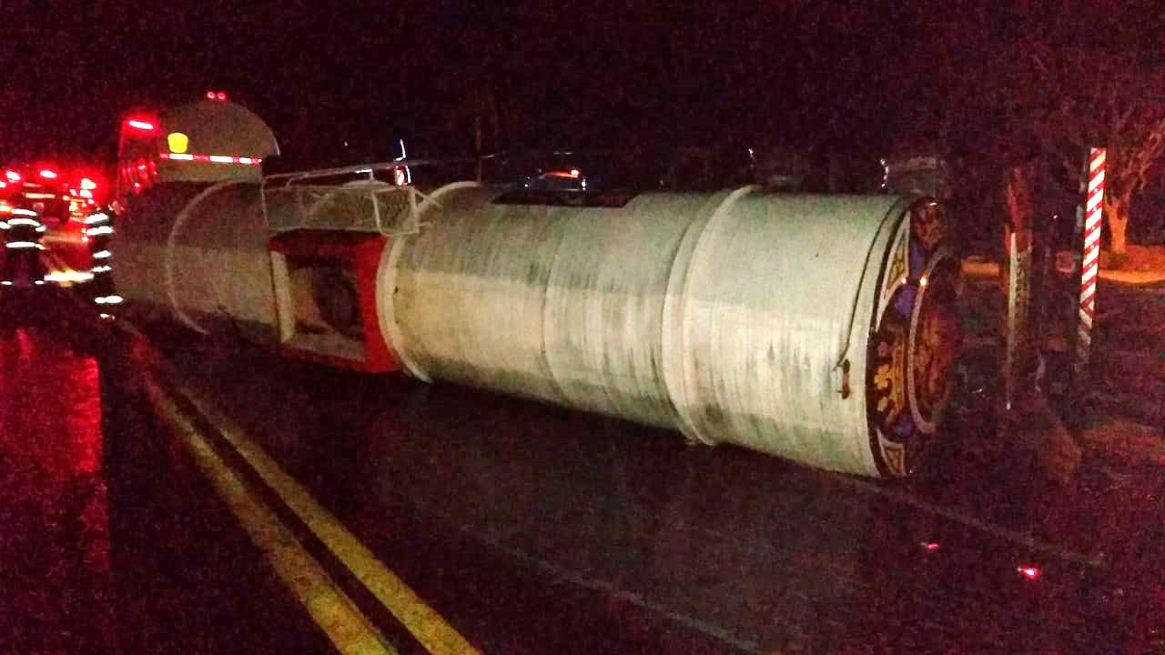 Motorista atropela capivara e tanque carregado com óleo diesel tomba na Rodovia Comandante João Ribeiro de Barros
