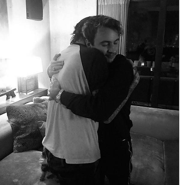 O músico Tommy Lee registrando o abraço de reconciliação com o filho (Foto: Instagram)