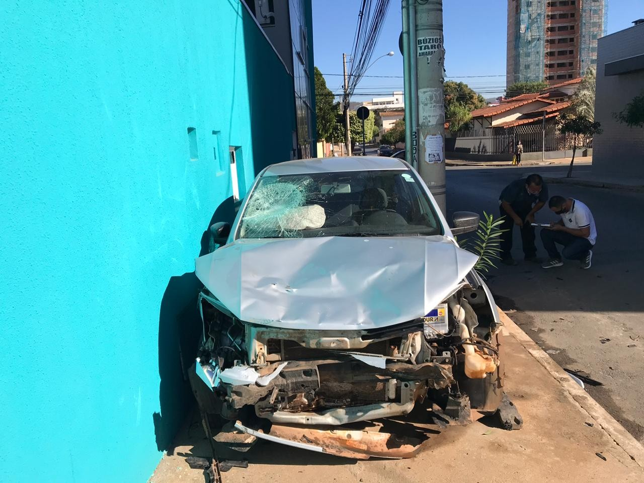 Motociclista fica ferido após desrespeitar sinalização e ser atingido por carro no Bairro Todos os Santos, em Montes Claros