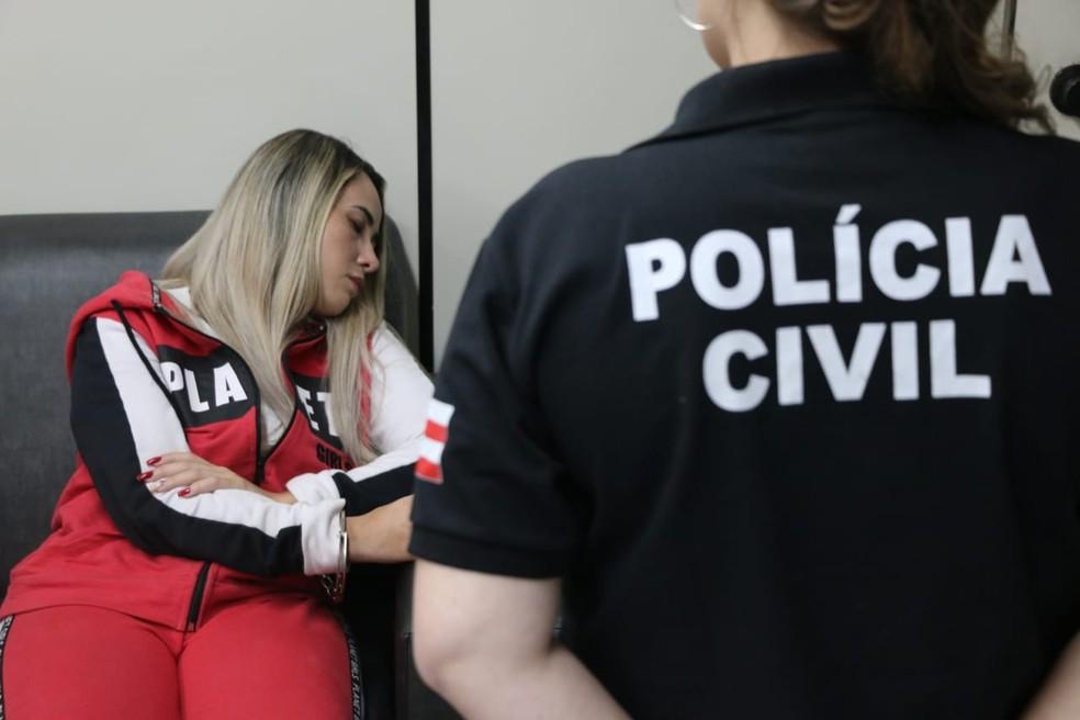 Jasiane Teixeira após ser presa — Foto: Alberto Maraux/SSP