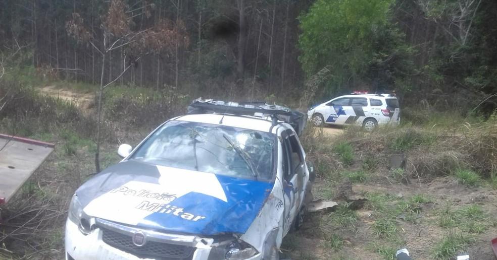 Viatura da polícia capotou depois de perseguição — Foto: VC no ESTV
