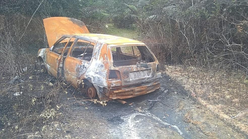 Carro utilizado por suspeitos foi localizado incendiado em área de mata de Itanhaém, SP — Foto: Divulgação/Polícia Civil