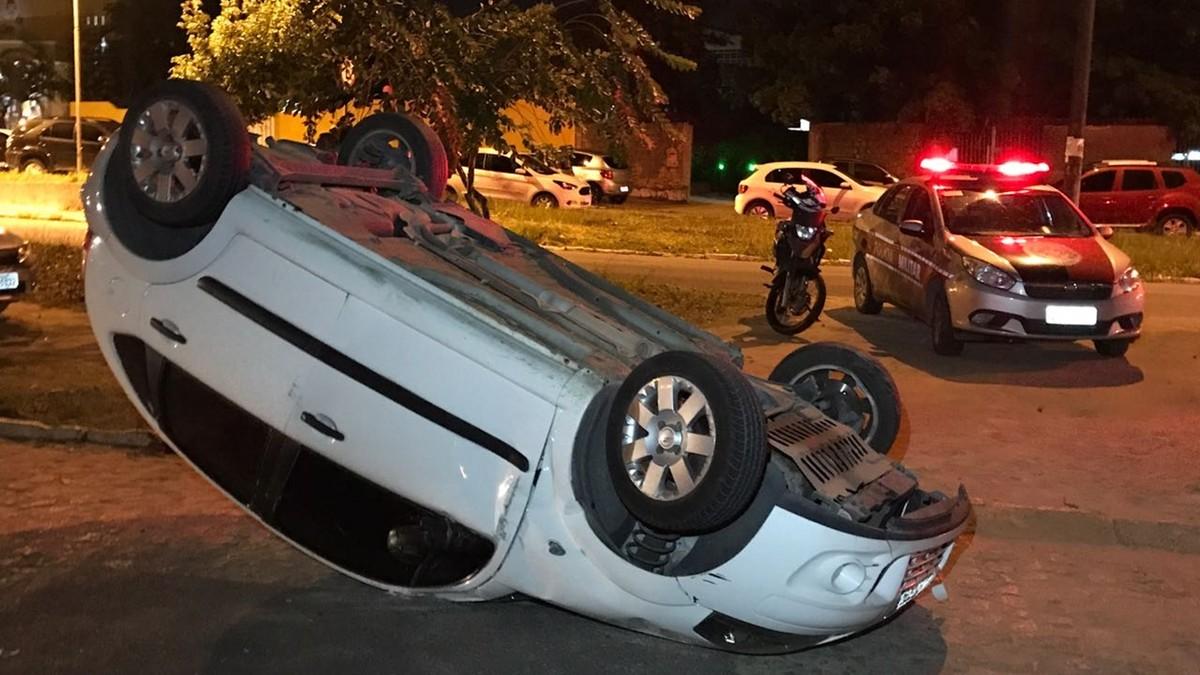Motorista capota carro no bairro dos Bancários, em João Pessoa