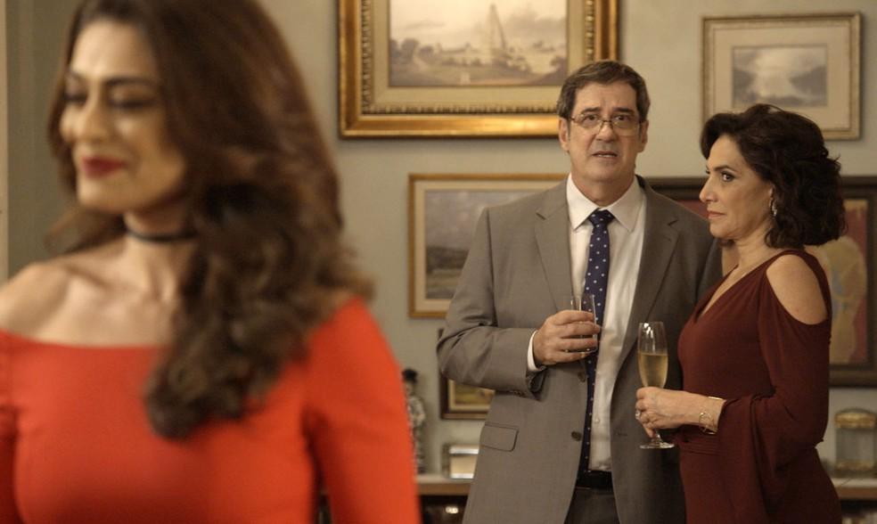 Não precisamos dizer que a chegada dela vira comentário na festa, né? — Foto: TV Globo