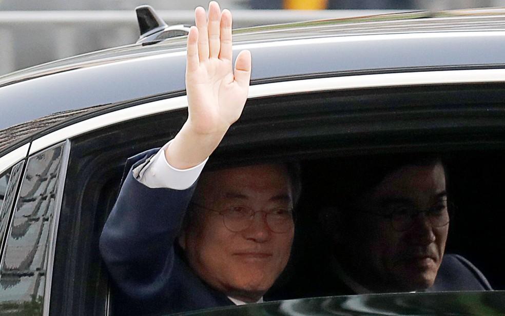 O presidente sul-coreano Moon Jae-in acena enquanto deixa o palácio presidencial, em Seul, para seu encontro com o líder Kim Jong-un na Zona Desmilitarizada das Coreias, na sexta-feira (27) (Foto: Reuters/Jorge Silva)