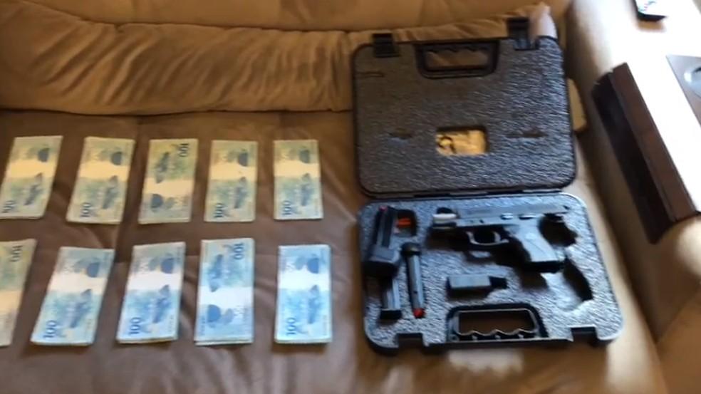 PF apreendeu armas e dinheiro durante o cumprimento dos mandados  — Foto: Reprodução/PF