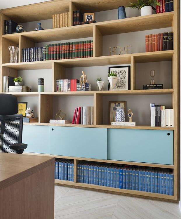Convertido em biblioteca, o segundo quarto do apartamento ganhou uma estante capaz de acolher todos os livros do moradores (Foto: Manu Oristânio/Divulgação )