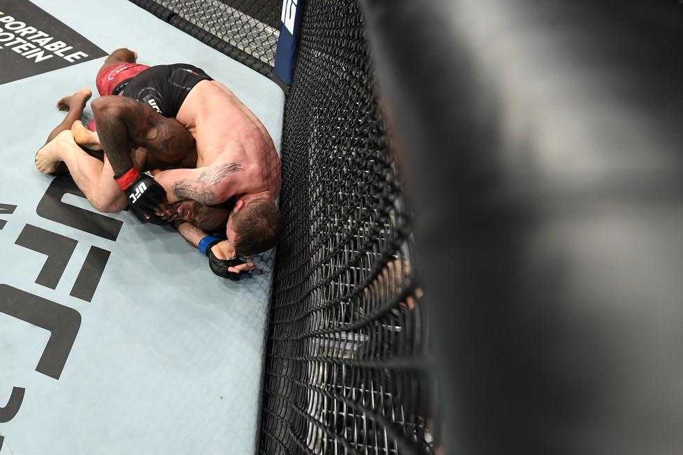 Nikita Krylov finaliza Ovince St-Preux com um mata-leão no UFC 236 â?? Foto: Getty Images