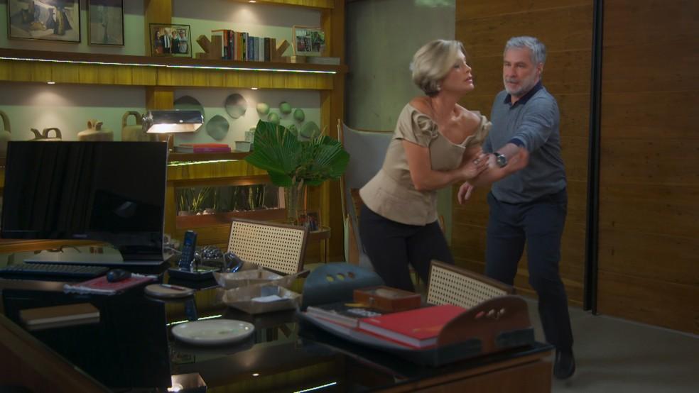 Hugo (Leopoldo Pacheco) agride Helena (Flávia Alessandra) em 'Salve-se Quem Puder' — Foto: Globo