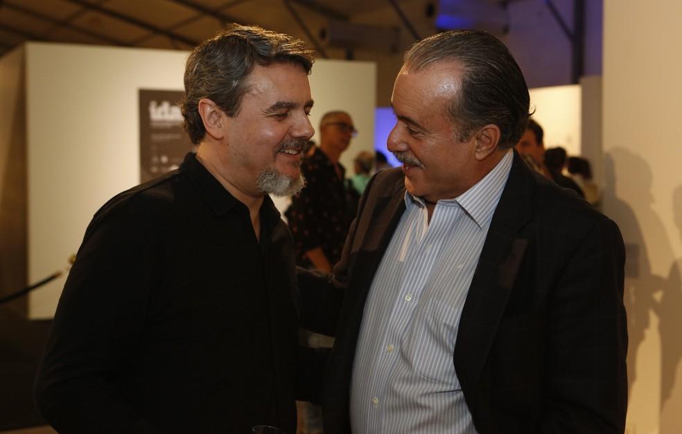 Cássio Gabus Mendes e Tony Ramos prestigiam as obras de artistas contemporâneos (Foto: Fábio Rocha/Gshow)