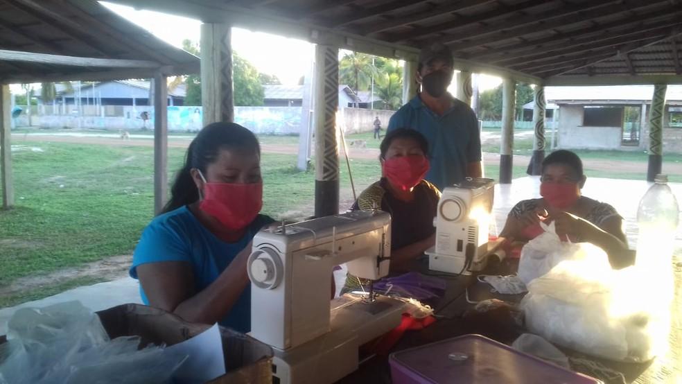 Costureiras produzindo as máscaras — Foto: Grupo de ação educativa da comunidade Malacacheta/CIR/Divulgação