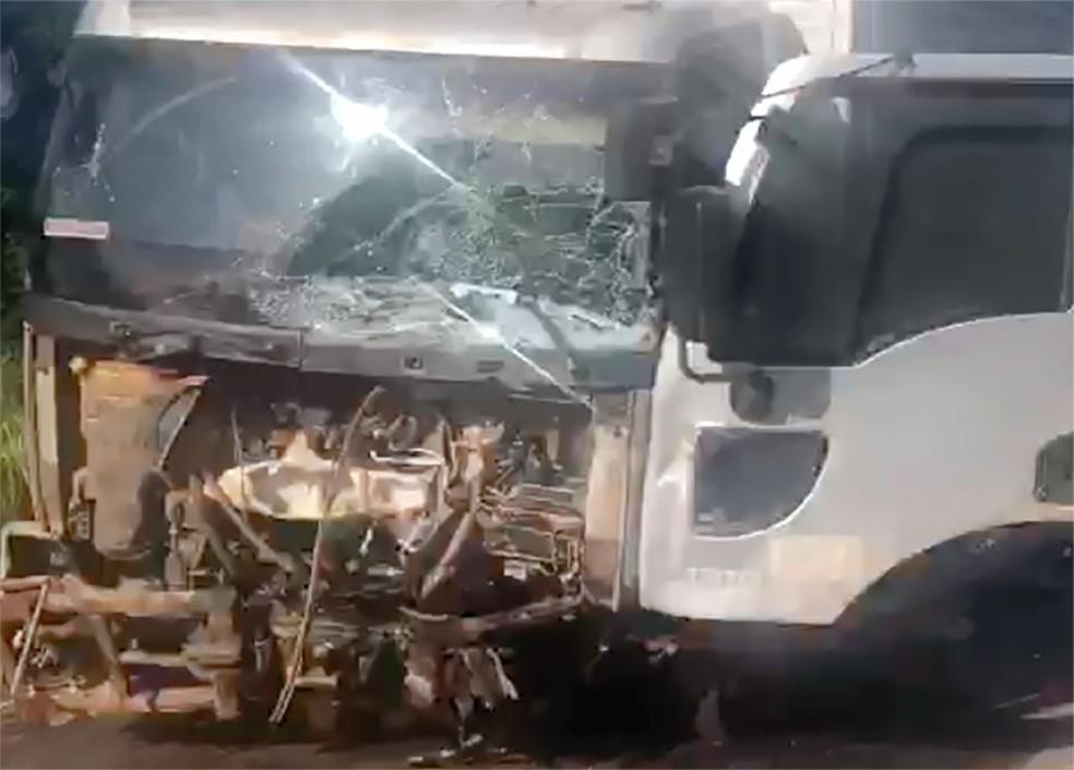 Frente do caminhão ficou destruída — Foto: Reprodução