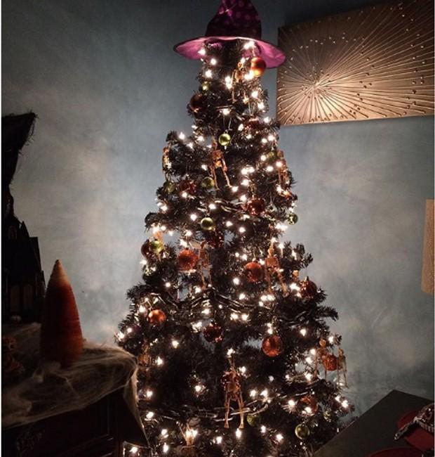 Troque a estrela da ponta da árvore por um chapéu de bruxa (Foto: Parley For The Oceans e MOCA/ Reprodução)