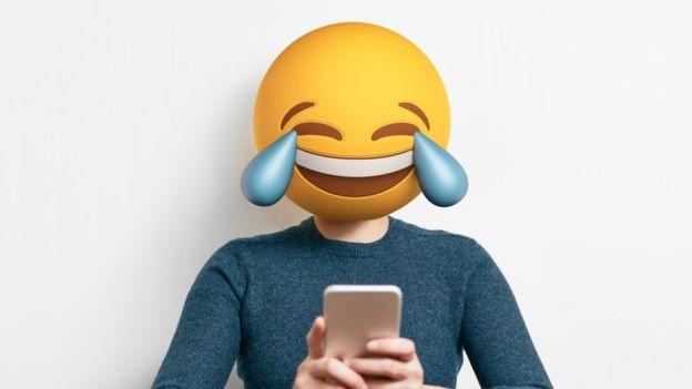 A carinha que 'chora de tanto rir' é o emoji mais popular tanto no Twitter quanto no Facebook (Foto: Getty Images via BBC)
