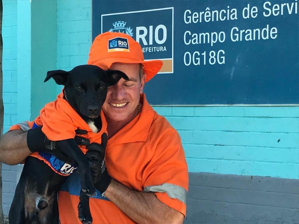 'Levei ele para casa e hoje é como se fosse uma medalhinha de ouro que eu levei para mim', afirmou Mineiro sobre o cão Pretinho — Foto: Cristina Boeckel / G1
