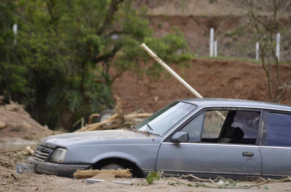 Carro em Presidente Getúlio, no Vale do Itajaí, ficou atolado com lama nesta quinta-feira (17) após enxurrada atingir estado — Foto: Maurício Cattani/NSC TV