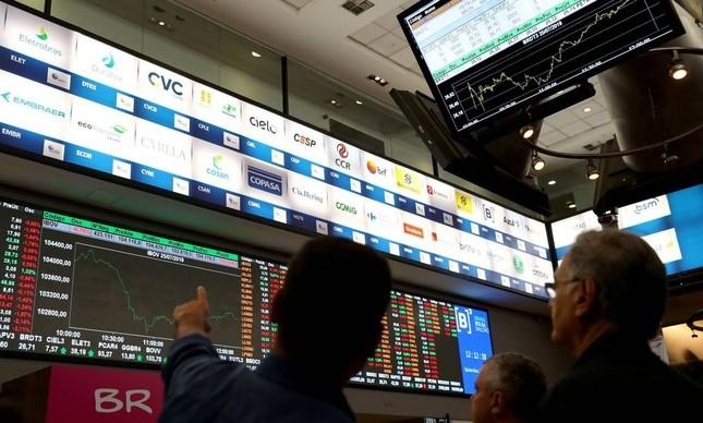 Investidores observam desempenho das ações da bolsa de valores