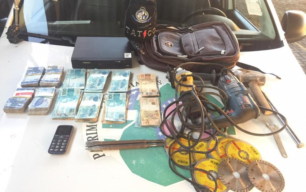 Polícia recupera dinheiro furtado de cofre em farmácia de Goiânia — Foto: SSP/Divulgação