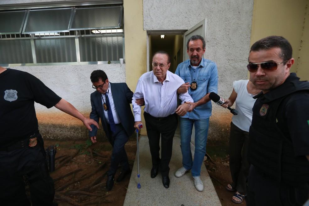 O deputado Paulo Maluf é preso e conduzido para exame de corpo de delito no IML da Vila Leopoldina, zona oeste de São Paulo (Foto: Tiago Queiroz/Estadão Conteúdo)