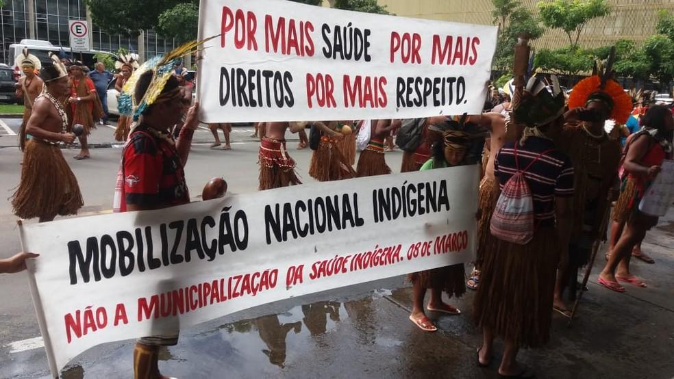 Indígenas cobrando 'mais saúde' em frente a ministério — Foto: Reprodução/PMDF