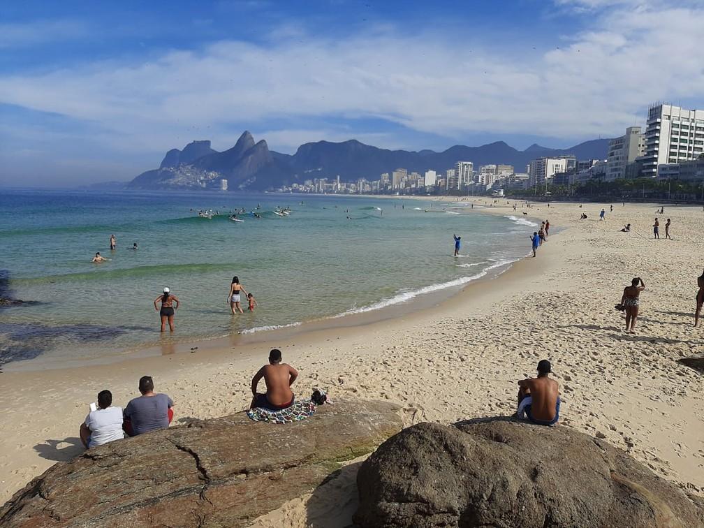 Apesar da proibição, pessoas permanecem nas areias de praias da Zona Sul do Rio na manhã deste feriado (11) — Foto: Daniel Silveira / G1