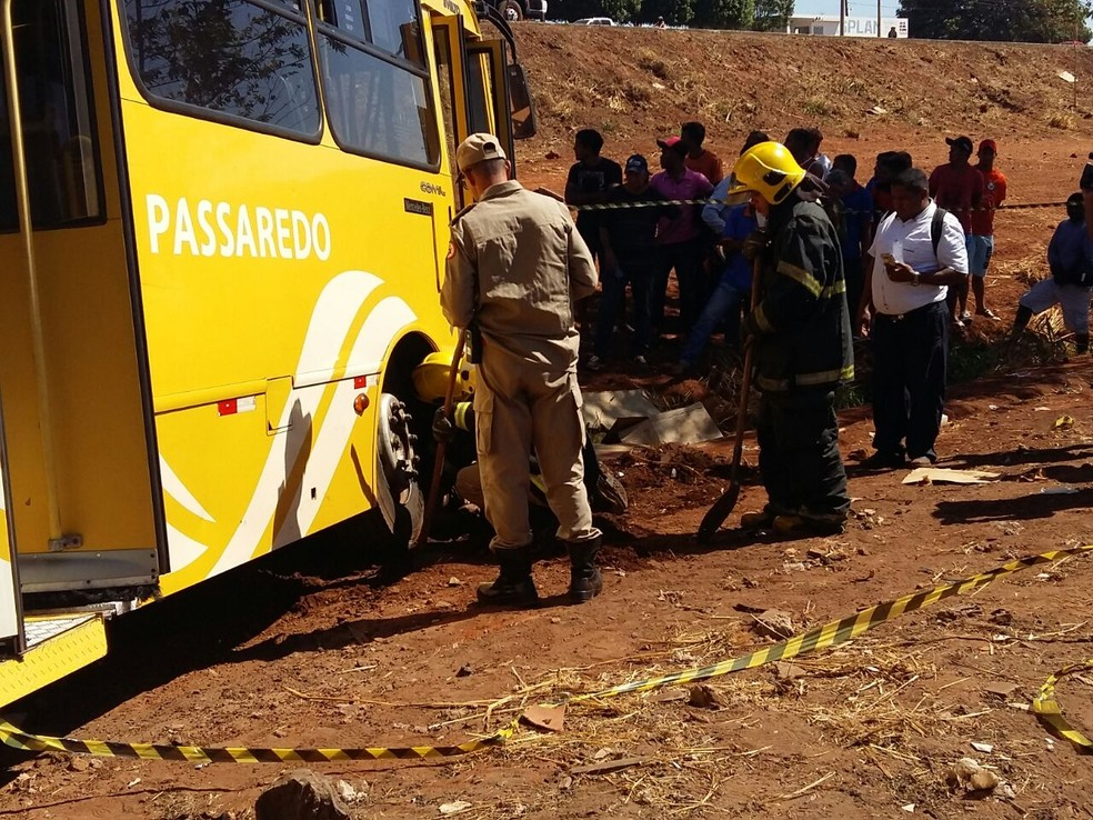 Homem foi atropelado por ônibus do transporte público (Foto: Lucas Ferreira/TV Anhanguera)