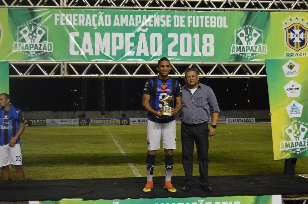 Tony Love recebeu a chuteira de ouro do Amapazão — Foto: Rafael Moreira/GE-AP