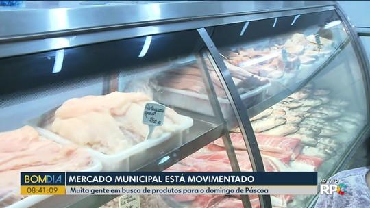 Movimento intenso no Mercado Municipal de Curitiba na véspera de Páscoa