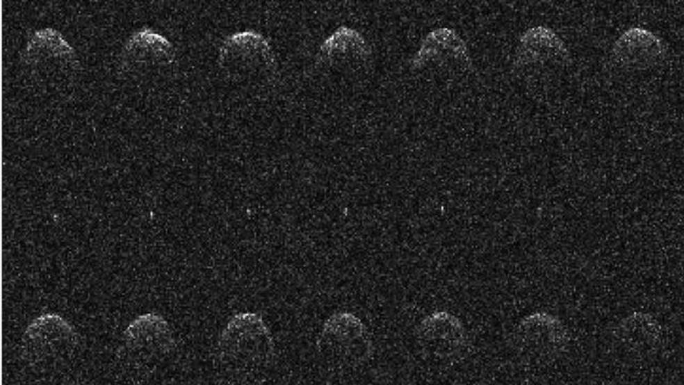 Catorze imagens sequenciais de radar Arecibo do asteróide próximo à Terra (65803) Didymos e sua lua, tiradas em 23, 24 e 26 de novembro de 2003 — Foto: Nasa