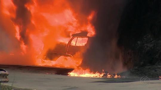 MG-353 segue interditada nos dois sentidos após carreta pegar fogo em Coronel Pacheco