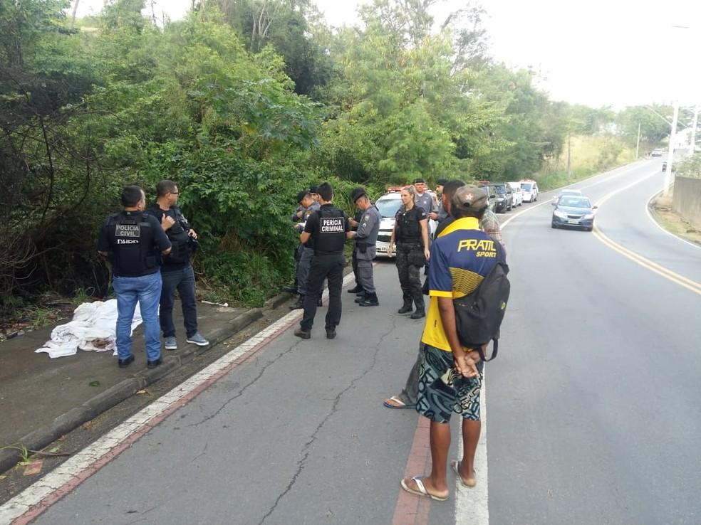 Corpo foi encontrado perto da entrada do Parque da Fonte Grande, em Vitória — Foto: Ari Melo/TV Gazeta