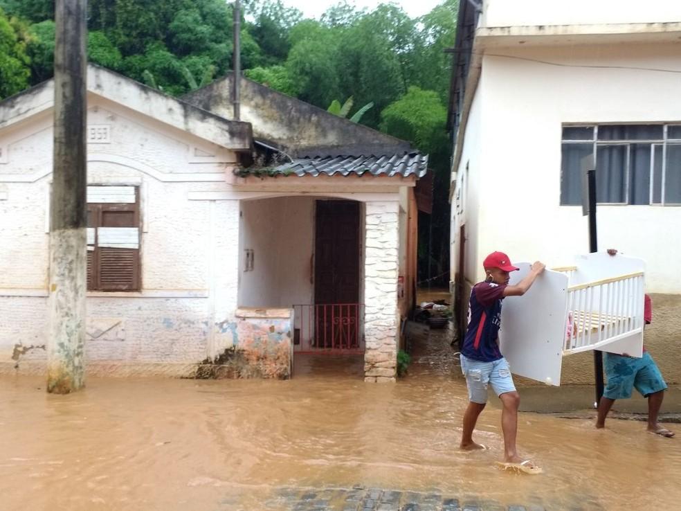 Famílias que moram às margens do Rio São Domingos foram desalojadas por causa da cheia (Foto: Marck Robert / Arquivo Pessoal)