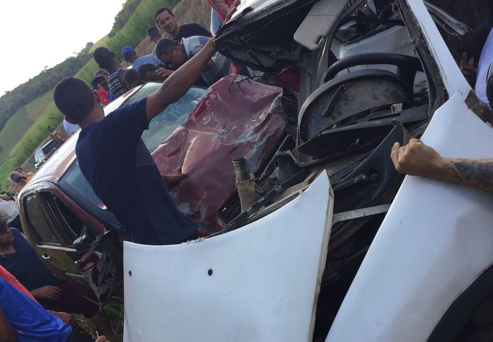Veículos ficaram destruídos após acidente com quatro mortos e dois feridos, em Sirinhaém, no Litoral Sul de Pernambuco (Foto: Reprodução/WhatsApp)