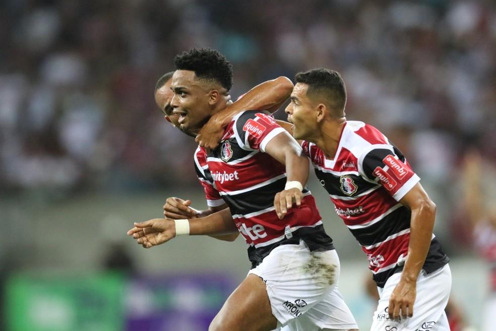 Jogadores do Santa Cruz comemoram gol em partida contra o Globo-RN  — Foto: Aldo Carneiro / Pernambuco Press