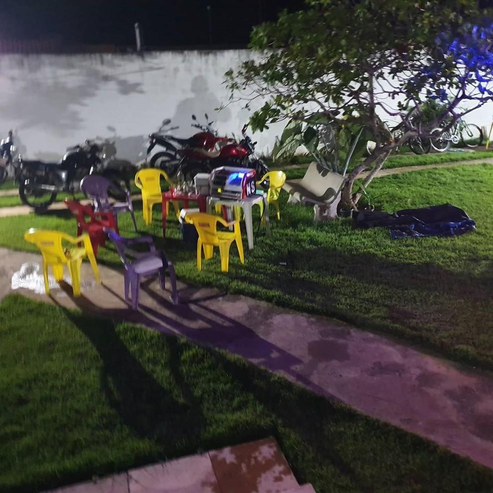 Cerca de 70 pessoas estavam aglomeradas no local, segundo a PM — Foto: PMRN/Divulgação