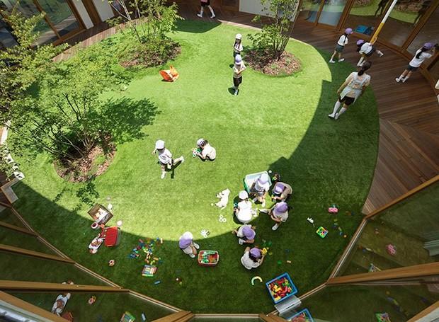 No pátio, as crianças podem interagir com a natureza (Foto: MAMM Design/ Divulgação)