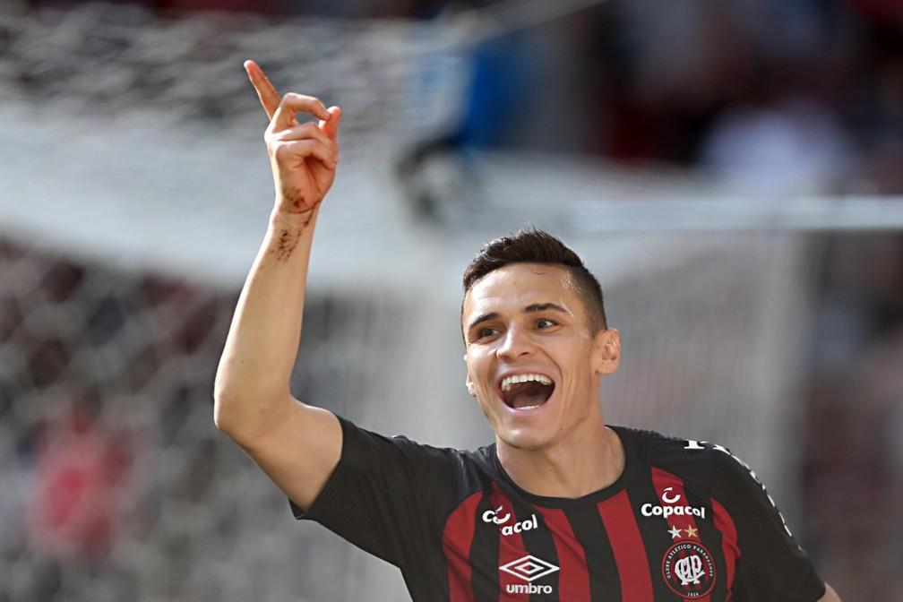 Raphael Veiga comemora mais um gol pelo Atlético-PR — Foto: Albari Rosa/Gazeta do Povo