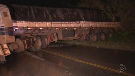 Carreta em 'L' deixa trecho da rodovia Raposo Tavares interditado em Angatuba