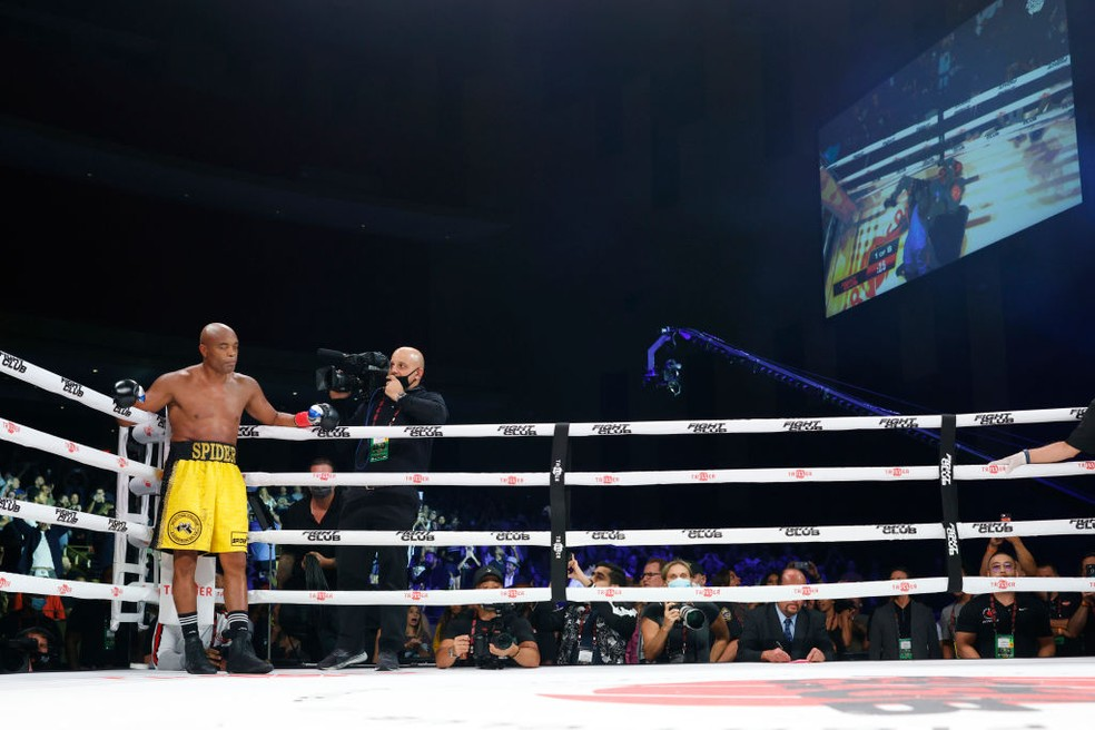 Anderson Silva após nocautear Tito Ortiz  — Foto: Douglas P. DeFelice/Getty Images